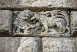 Rotkäppchen und der Wolf. Dieses Relief ist nicht etwa beim Wolfsmanagement im Naturparkhaus Dübener Heide in Bad Düben zu sehen, sondern an Leipzigs Neuem Rathaus, wenige Meter entfernt von der Freitreppe des Haupteingangs. Foto: Karsten Pietsch