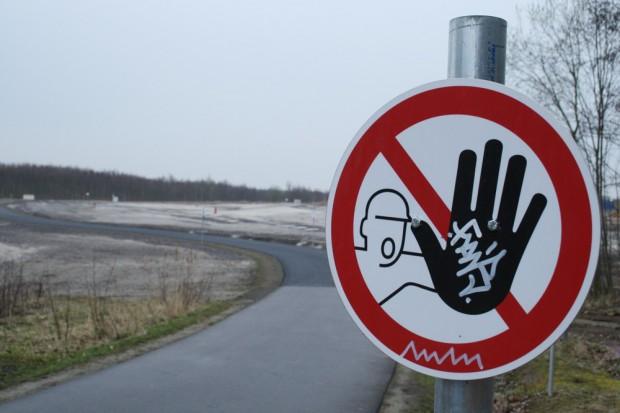 Das Schild warnt zwar noch, aber der Rundweg ist seit Dezember wieder befahrbar. Foto: Ralf Julke