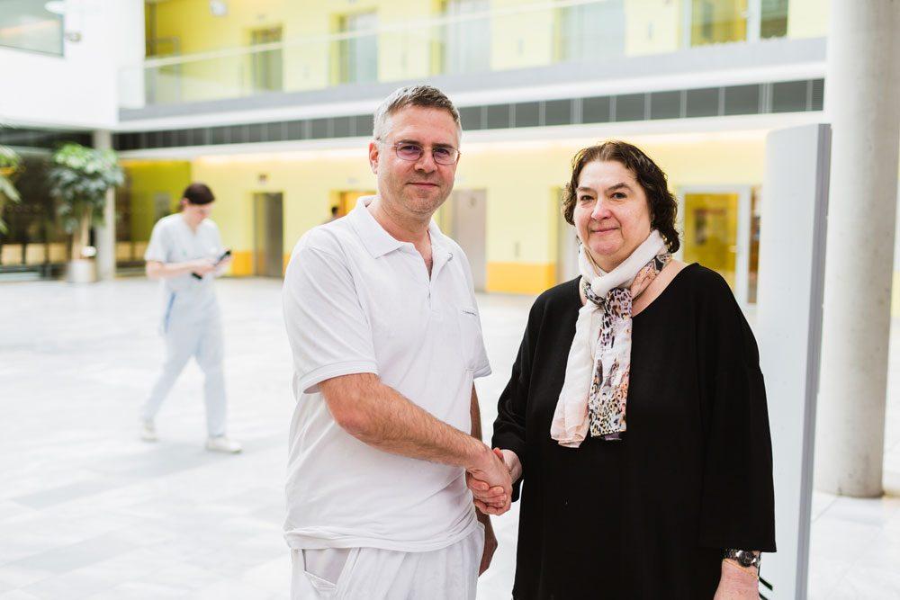 Oberarzt Dr. Klein mit Frau Bollmann. Foto: Klinikum St. Georg