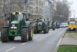 Protest mit Traktoren auf der Eutritzscher Straße. Foto: Ralf Julke