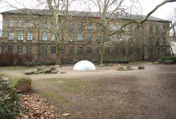 Die Schule am Weißeplatz in Stötteritz vor ihrer Sanierung (2014). Foto: Ralf Julke