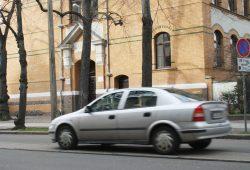 Wo Tempo 30 nicht möglich ist - wie hier in der Arno-Nitzsche-Straße - hilft zur Not ein Geländer vor der Schule. Foto: Ralf Julke