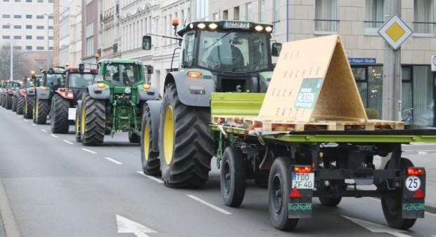 """Traktorencorso auf der Eutritzscher Straße: """"Wir machen euch satt!"""" Foto: Ralf Julke"""