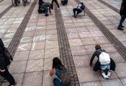 """Zitateaktion von """"Literatur gegen Brandsätze"""" am 4. April auf dem Augustusplatz. Foto: Livian Lehmann"""