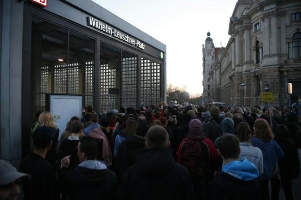 20:15 Uhr: Der Gegenprotest blieb an Legida dran und begleitete bis zum Wilhelm-Leuschner. Foto: L-IZ.de