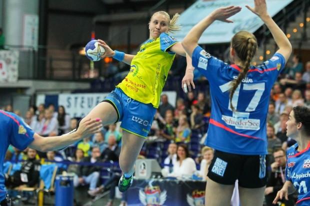Saskia Lang (HCL) steigt vor Alica Stolle (Blomberg) in die Luft. Foto: Jan Kaefer
