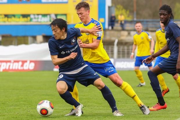 Yuya Okuda (Inter) im Zweikampf mit Steven Heßler (Lok). Foto: Jan Kaefer
