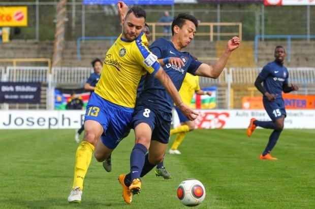 Djamal Ziane (Lok) kämpft mit Dongmin Kim (Inter) um den Ball. Foto: Jan Kaefer
