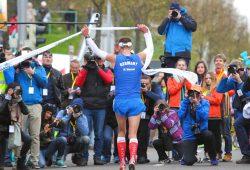 Marathonsieger Marc Werner (LfV Oberholz) wird im Ziel von einem Pulk an Fotografen empfangen. Foto: Jan Kaefer