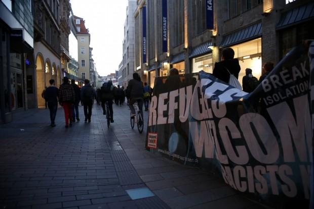 20:18 Uhr: Viele LEGIDA-Gegner wollten weiter demonstrieren und liefen durch die Innenstadt. Foto: L-IZ.de