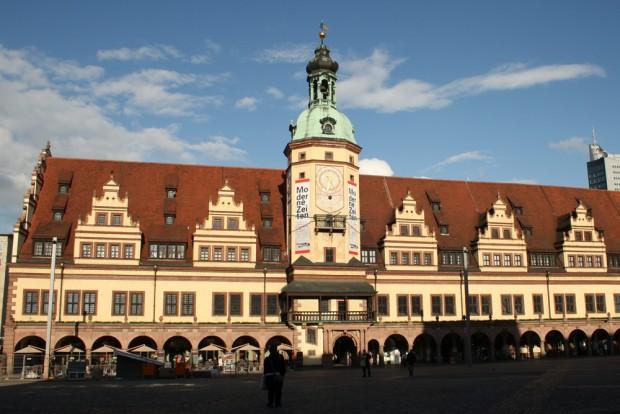 """Altes Rathaus mit blassem Turm und Werbung für die Ausstellung """"Moderne Zeiten"""". Foto: Ralf Julke"""