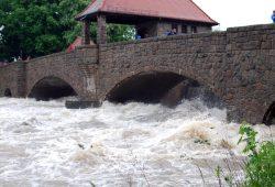 Auch da mit Video berichten, wo es eng wird. (Hochwasser 2013). Foto: L-IZ.de