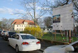 Das Bauschild für die neue Kita - im Hintergrund die bestehende Kinderland-2000-Kita Friedrich-Bosse-Straße 19. Foto: Ralf Julke