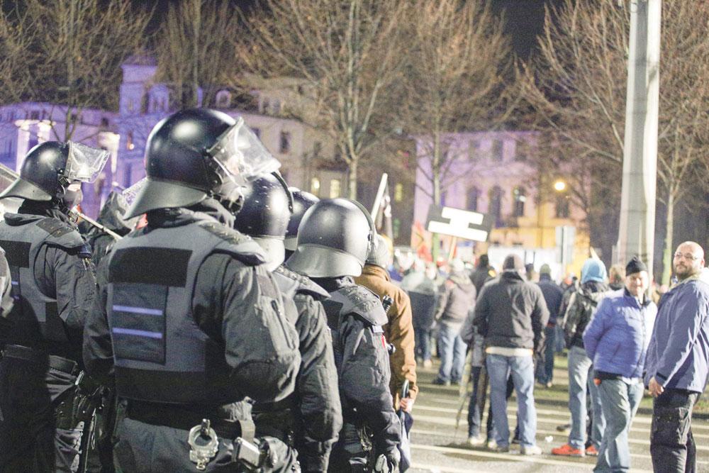 Polizisten bei einer Legida-Demonstration. Foto: LZ