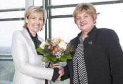 MDR-Verwaltungsrat: MDR-Intendantin Karola Wille (li.) gratuliert Birgit Diezel, der neuen Verwaltungsratsvorsitzenden des MDR zur Wahl. Foto: obs/MDR/Hagen Wolf