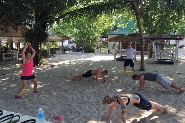Sebastian Kanitz (Hintergrund) beim (An-)schwitzen in Thailand. Foto: Bootcamp