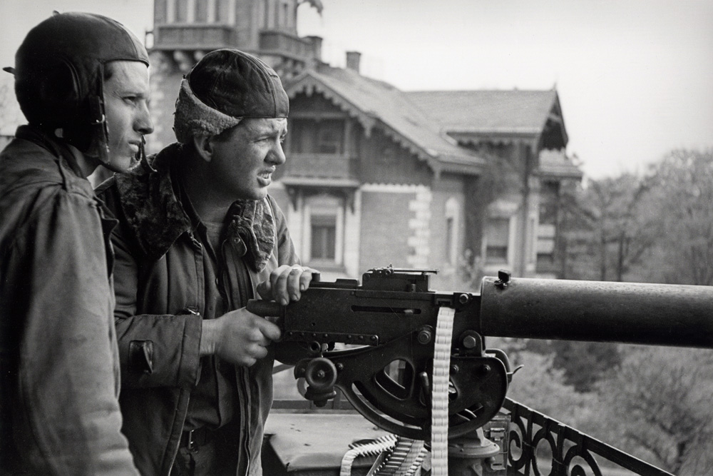 Raymond J. Bowman (links) und Clarence Ridgeway auf dem Balkon des Hauses Frankfurter Straße 39 (heute Jahnallee 61),18. April 1945. Foto: Robert Capa, Copyright International Center of Photography/Magnum Photos