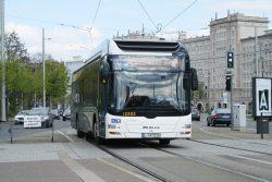 Der Bus Linie 89 fährt in die Haltestelle Wilhelm-Leuschner-Platz ein. Foto: Ralf Julke