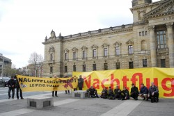 """Protest am 28. April vorm Bundesverwaltungsgericht. Foto: Bürgerinitiative """"Gegen die neue Flugroute"""""""