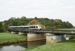 Die ehemalige Deponie Möckern mit Eisenbahnbrücke und Neuer Luppe. Foto: Ralf Julke