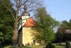 Denkmalgeschützt: die Pödelwitzer Dorfkirche. Foto: Matthias Weidemann