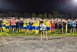 Der 1. FC Lok, Fans und Freunde erwiesen Eric Eiselt die letzte Ehre. Foto: Bernd Scharfe