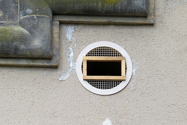 Die Lüftungssgitter wurden geöffnet, so dass die Fledermäuse in die Hohlräume gelangen können.  Foto: Carola Bodsch