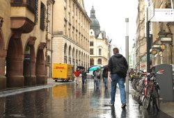 In der Grimmaischen Straße müssen etliche Steinplatten ausgewechselt werden. Foto: Ralf Julke