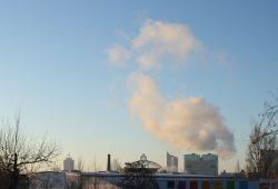 Bei frostigen Temperaturen sieht man, wie die GuD-Anlage der Stadtwerke arbeitet. Foto: Ralf Julke
