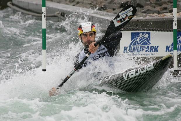 Der Augsburger Hannes Aigner durfte sich im K1 der Herren als Erster freuen Foto: Sebastian Beyer