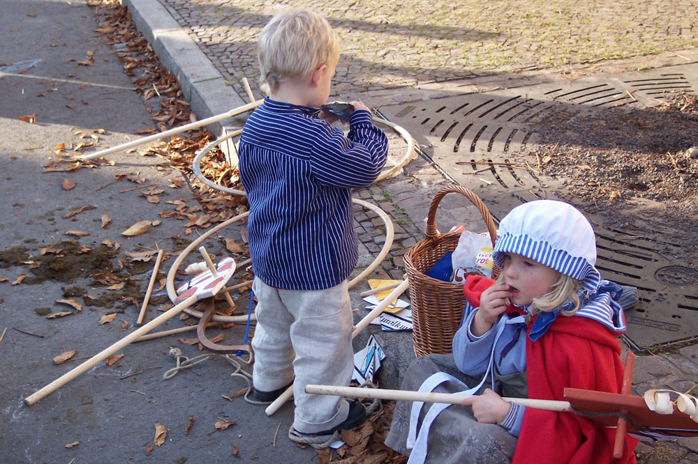 Historische Kinderspiele. Foto: LiebDorf-1813