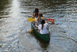 Mit geliehenem Kanu auf der Weißen Elster. Foto: Ralf Julke