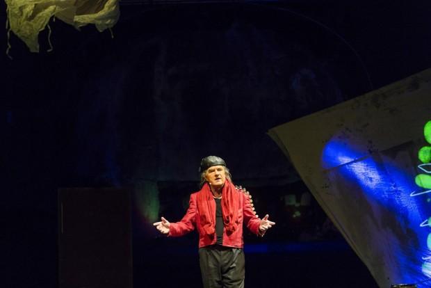 Landstreicher Ray Back (Wolfgang Krause-Zwieback) macht aus Wolkengarn das Himmelszelt. Foto: Rolf Arnold