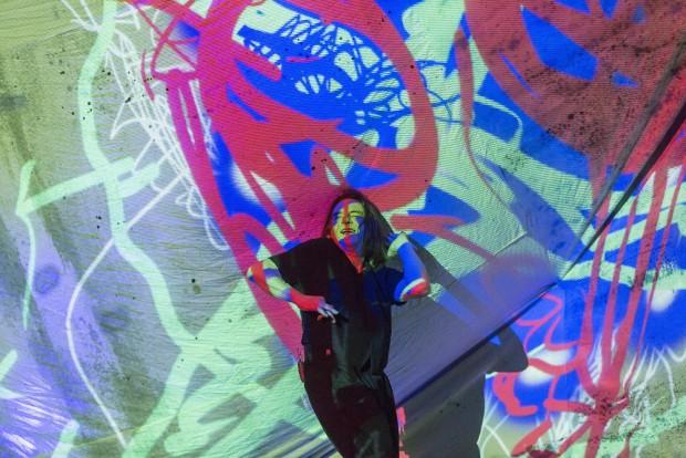 Kaum Kulissen, ein Rednerpult, ein Segel für Malerei-Projektionen reichen für Krause-Zwiebacks Bühne aus. Foto: Rolf Arnold