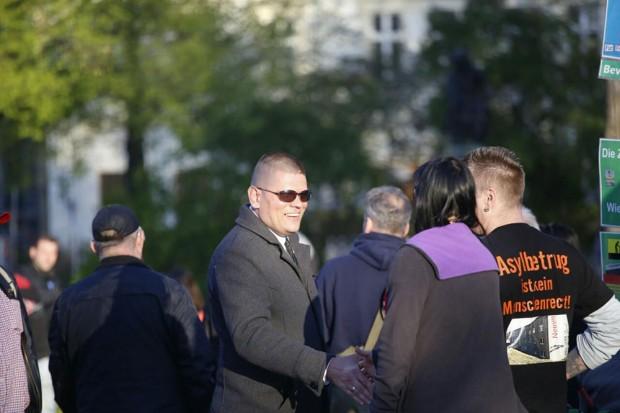 ie ca. 120 Demo-Teilnehmer haben sich auf dem Goerdlerring versammelt, darunter auch Alexander Kurth (Die Rechte). Foto: L-IZ.de