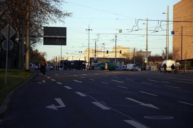 Der Zug soll vor die Polizeidirektion führen. Am Leuschner-Platz wurden Wasserwerfer aufgefahren. Foto: L-IZ.de