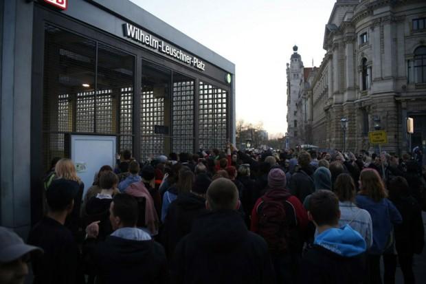 20:08 Uhr. Die Legida-Teilnehmer verschwinden in der S-Bahn-Station. Der Gegenprotest bleibt dran. Foto: L-IZ.de
