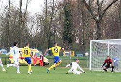 Chance für Lok durch Djamal Ziane, doch Lukas Wurster im Tor vom SSV bekommt den Ball unter Kontrolle. Foto: Bernd Scharfe