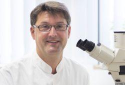Privatdozent Dr. Christoph Lübbert wurde mit dem Präventionspreis der Deutschen Stiftung Innere Medizin und der Deutschen Gesellschaft für Innere Medizin e.V. (DGIM) ausgezeichnet. Foto: Stefan Straube / UKL