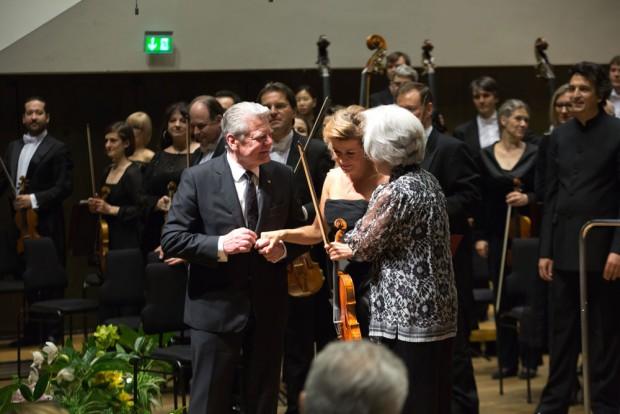 Tomoko Masur und Bundespräsident Joachim Gauck danken nach ihrem furiosen Auftritt Anne-Sophie Mutter. Foto: Gert Mothes
