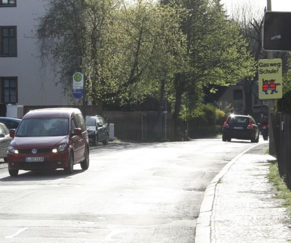 """Bushaltestelle und Achtungsschild """"Querende Schulkinder"""" in der Matzelstraße. Foto: Ralf Julke"""