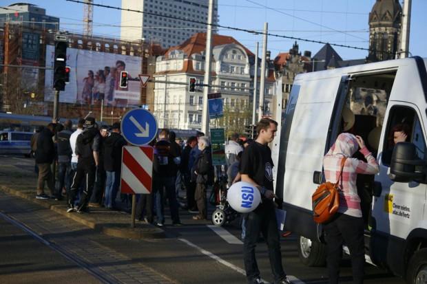 Die Demonstranten mussten am Brühl erst mal ausharren. Foto: L-IZ.de