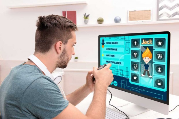 Ob auf der PS4 oder dem Tablet ? Online-Games lassen sich mittlerweile überall spielen. Africa Studio / 370891898 / Shutterstock.com