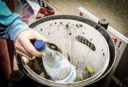 Statt Wühlen im Dreck – Das Leipziger Jugendparlament fordert Pfandringe für die städtischen Mülleimer. Foto: LZ