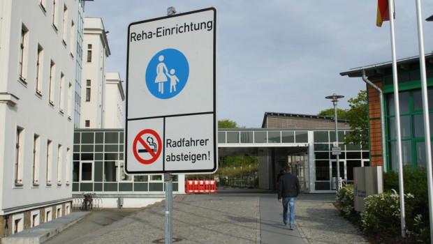 Radfahrer absteigen: Der Fußweg ist nur für Fußgänger gedacht. Foto: Ralf Julke