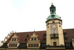 Schon seit ein paar Jahren richtig blass: der Turm des Alten Rathauses. Foto: Ralf Julke