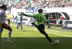 Der VfL sieht kein Stich mehr - Yussuf Poulsen jagt den Bochumer Keeper Manuel Riemann übers Feld. Foto: Alexander Böhm