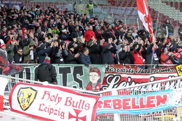 Die mitgereisten RBL-Fans auf dem Betzenberg. Foto: GEPA Pictures