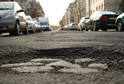 Wichtiger als ÖPNV, Schulen und Armut? Leipziger Straßenzustand. Foto: Ralf Julke