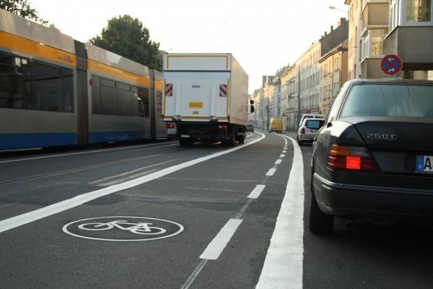2012 abmarkiert: Die neue Sraßenraumaufteilung in der Georg-Schumann-Straße. Foto: Ralf Julke